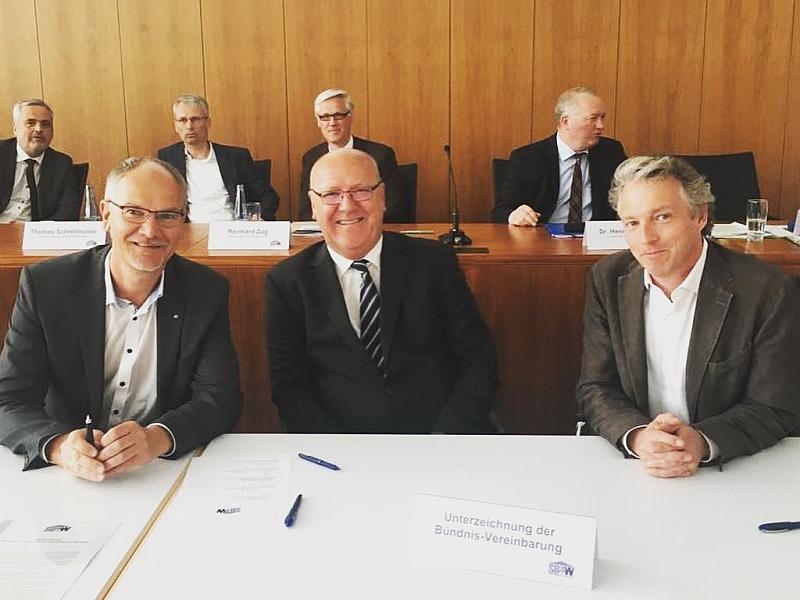 © Foto: BFW Nord  BFW-Mitgliedsunternehmen unterzeichnen Stormarner Bündins für bezahlbares Wohnen: Volker Heins (Wohnungsunternehmen Plambeck & Vorstand BFW Nord), Hartmut Thede (Wohnungsbaugesellschaft Th. Semmelhaack mbH) und Marc Schauenburg (FRANK Gruppe)